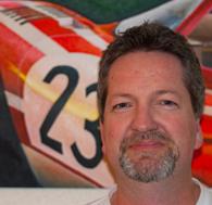 Stuart Row vor Gemälde